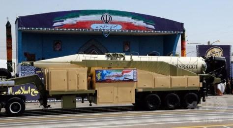 イランの首都テヘランで行われた軍事パレードで披露された新型ミサイル「ホッラムシャフル」(手前、2017年9月22日公開)。(c)AFP