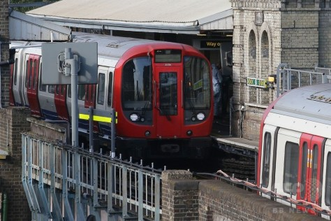 英ロンドン西部のパーソンズグリーン駅に停車した電車(2017年9月15日撮影)。(c)AFP/Daniel LEAL-OLIVAS