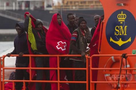 スペイン沖で救出され、スペイン沿岸警備隊の船で同国南部マラガに到着した移民たち(2016年12月3日撮影)。(c)AFP/SERGIO CAMACHO