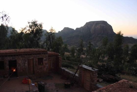 (5) 山の中腹にあるコミュニティハウスが宿泊地