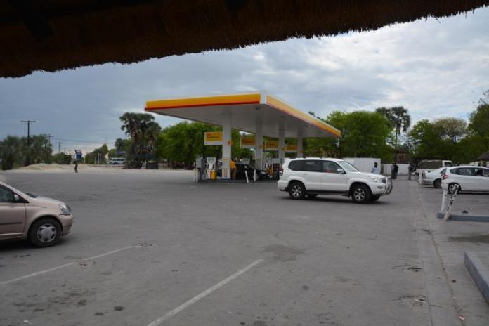 こちらはナタ(Nata)村のバス停。ぱっと見はただのガソスタですw