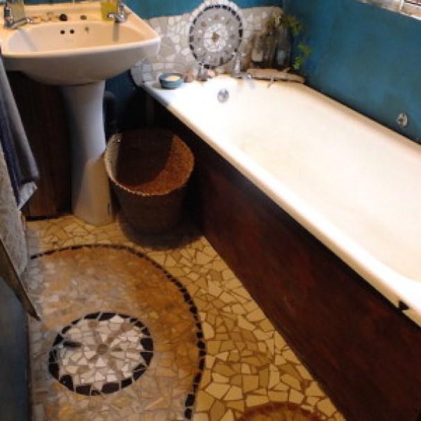 我が家のバスルーム。拾ってきたタイルや小石、クリスタルなどで、モザイク。壁は好きな色のペンキを塗る。
