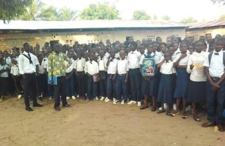 Lomami: une soeur  préfet suspendue au téléphone par le gouverneur après  avoir ajouté 100FC de la SONAS sur le montant à payer par les élèves