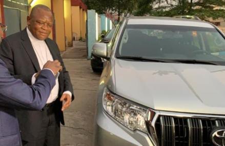RDC: Enfin Kabila dote le Cardinal Fridolin Ambongo d'une nouvelle jeep promise sous son règne