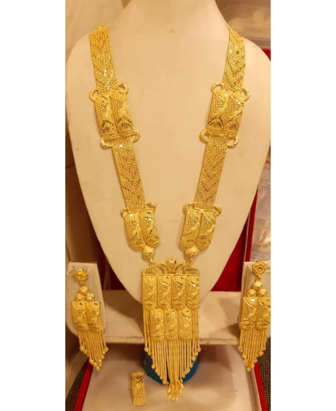 Beautiful Party Wear Gold Forming Necklace Set