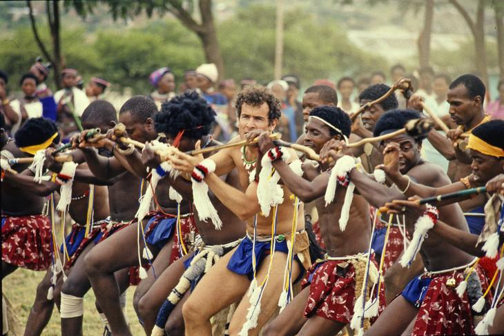 Johnny Clegg danse dans une cérémonie zoulu traditionnelle, fin années 80