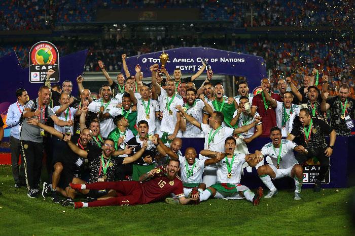 Les algériens fetant leur victoire après les médailles