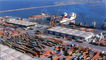 Les ouvriers du port de Radés ont bloqué dans la journée du mercredi 17 avril 2013 la route menant à la Cité El Milaha. Deux camions transportant