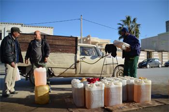La vente de carburants de contrebande sur les routes principales dans les différentes régions est très répandue en Tunisie essentiellement après la Révolution. Selon les experts économiques