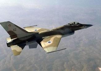 La violence à travers la frontière Israël-Gaza s'est accrue lundi matin lorsque des activistes palestiniens ont tiré des volées de roquettes
