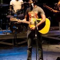 """Culture – Leadership: """"IL sacrifia  portable et chaussures pour s'acheter sa première guitare afin de s'imposer sur la scène musicale  sénégalaise…""""A la découverte de SARRO"""