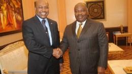 Poignée de mains entre le Président Ali Bongo et M. Sambo Boureima (représentant résident de l'OMS)