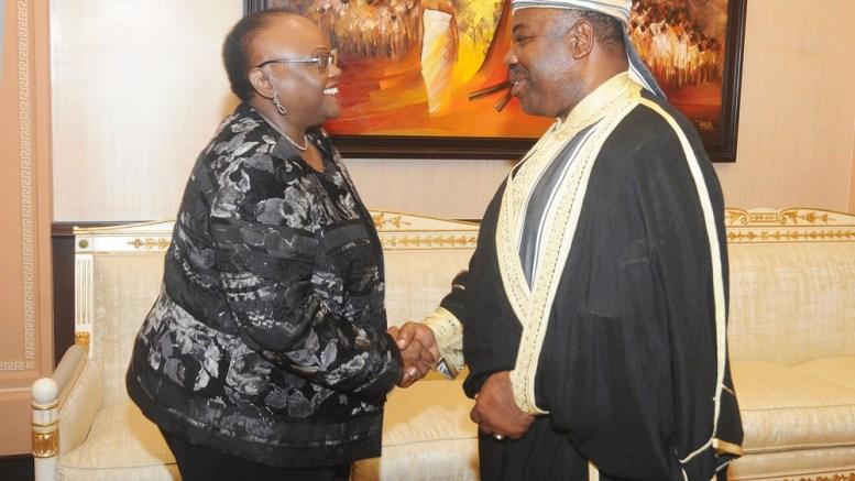 Poignée de mains entre le Président Ali Bongo Ondimba et Mme Jendayi E. Frazer