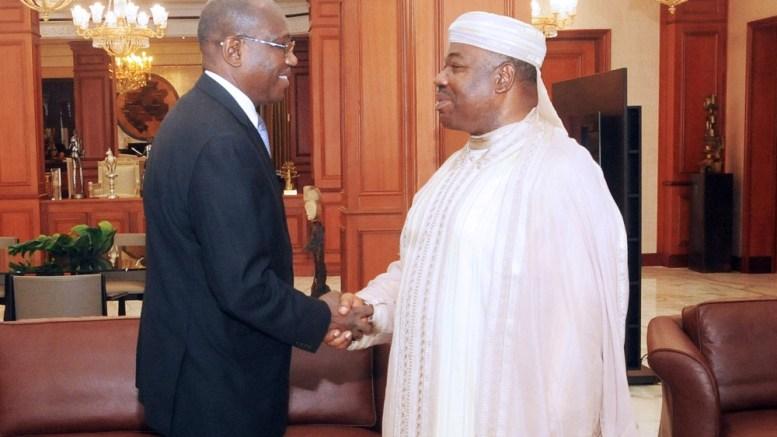 Poignée de mains entre le Président Ali Bongo Ondimba et M. Hamadoun Touré