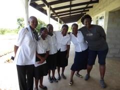 De ansatte i barnehagen sammen med Ayanda.