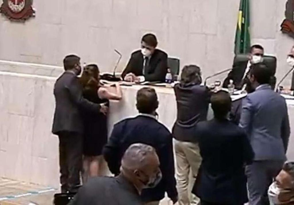 Brésil députée subit harcèlement sexuel séance plénière