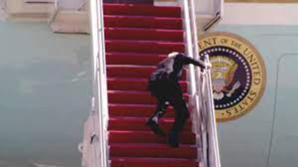 Joe Biden président américain chute 3 fois monter bord Air Force One