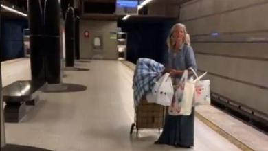 Homeless woman suddenly starts singing in the metro in Los Angeles and goes viral