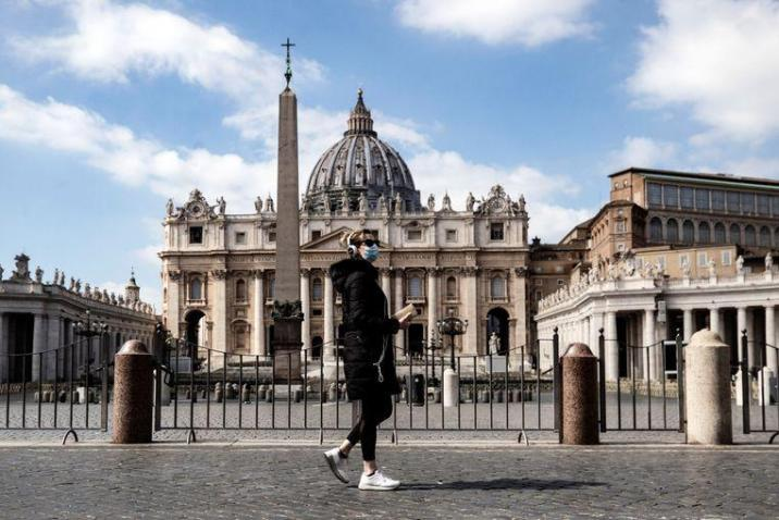 A passer-by with a mask on Sunday passed the deserted St. Peter's Square in Vatican City (Rome). The Pope now gives his weekly sermon via the Internet.