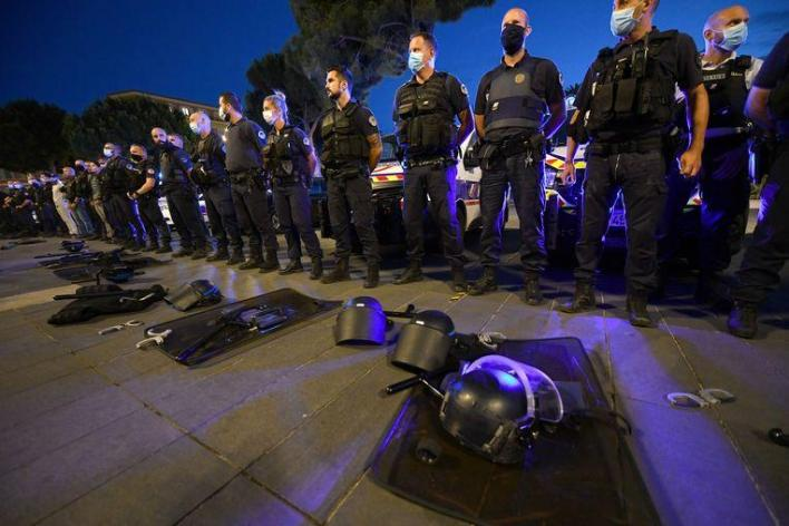 In France, many police officers took to the streets yesterday to protest statements by Minister of the Interior Christophe Castaner about racism and violence in the French police