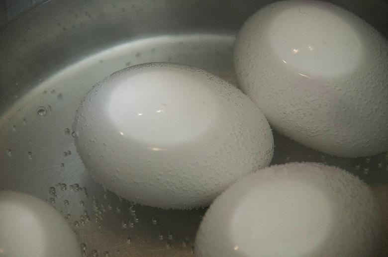 Very dangerous: Never try this while preparing eggs