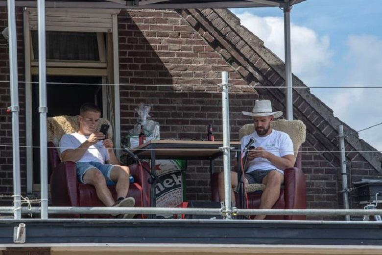 As a joke, 2 men spent 264 hours sitting in front of the charity