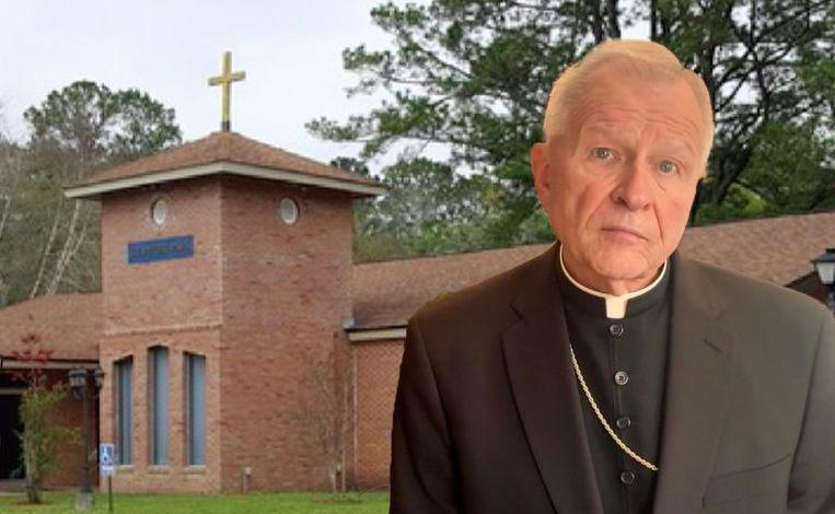 Priest caught in threesome with 2 women on the altar in the church