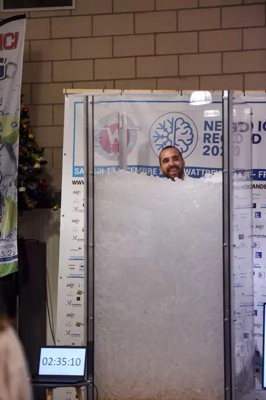 Romain Vandendorpe break world record in sitting in ice bath that reaches shoulders