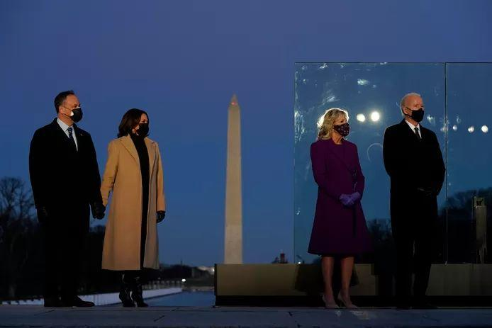 Joe and Jill Biden and Kamala Harris and her husband Doug attended a memorial ceremony near the White House last night in memory of the hundreds of thousands of American corona deaths.