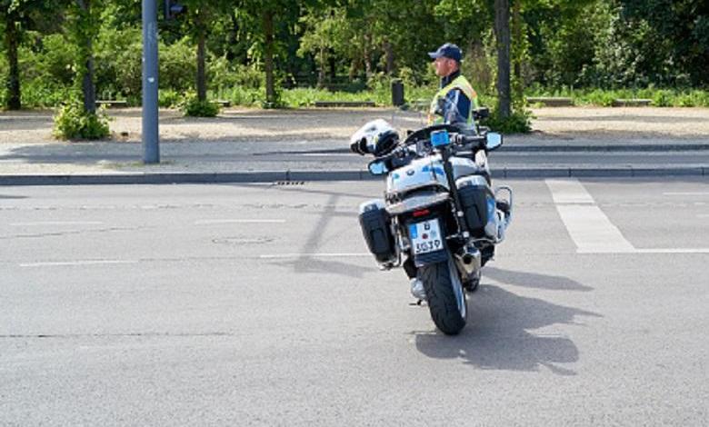 Traffic code: Algerian motorist drags policeman tens of meters - Video