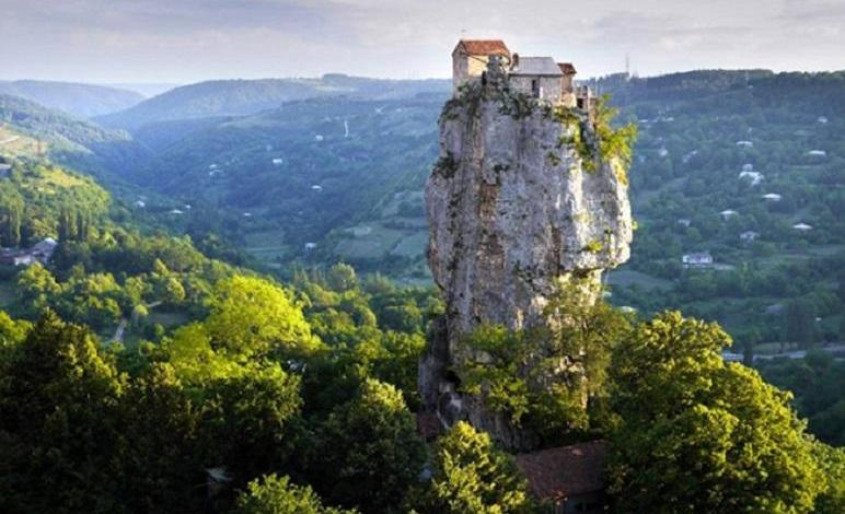 29 years alone on a cliff: Maxim Kavtaradze, Georgian monk live at a height of 40 meters