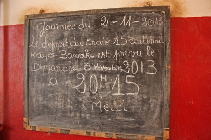 Arrivé en fin de matinée à Kayes, l'autorail repart dans la soirée. Il sera à Bamako le lendemain vers 14h, si tout va bien / The autorail has arrived in Kayes late in the morning and it's leaving again at 8.15 pm. It should be in Bamako on the next day, around 2 pm, if everything goes well