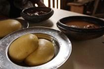 Le foutou est généralement préparé à base de manioc et de banane plantain / The futu is made of cassava and plantain