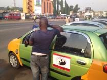 L'heure de la pause pour ce chauffeur de taxi / Time for a break for this cab driver