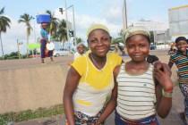 De jeunes vendeuses de fruits à Yamoussoukor / Young fruit vendors in Yamoussoukro