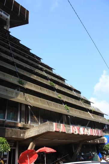 """La Pyramide, l'un des immeubles symboliques du Plateau / The """"Pyramide"""" is one of the most famous buildings in """"Plateau"""""""