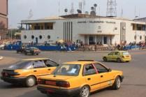 Le rond-point de la Poste, centre névraligique de la capitale / The Post office roundabout at the heart of central Yaoundé