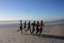Si le vent est bon, les kite-surfeurs sortent par dizaines / When the wind is good, you can see dozens of kite surfers on the beach