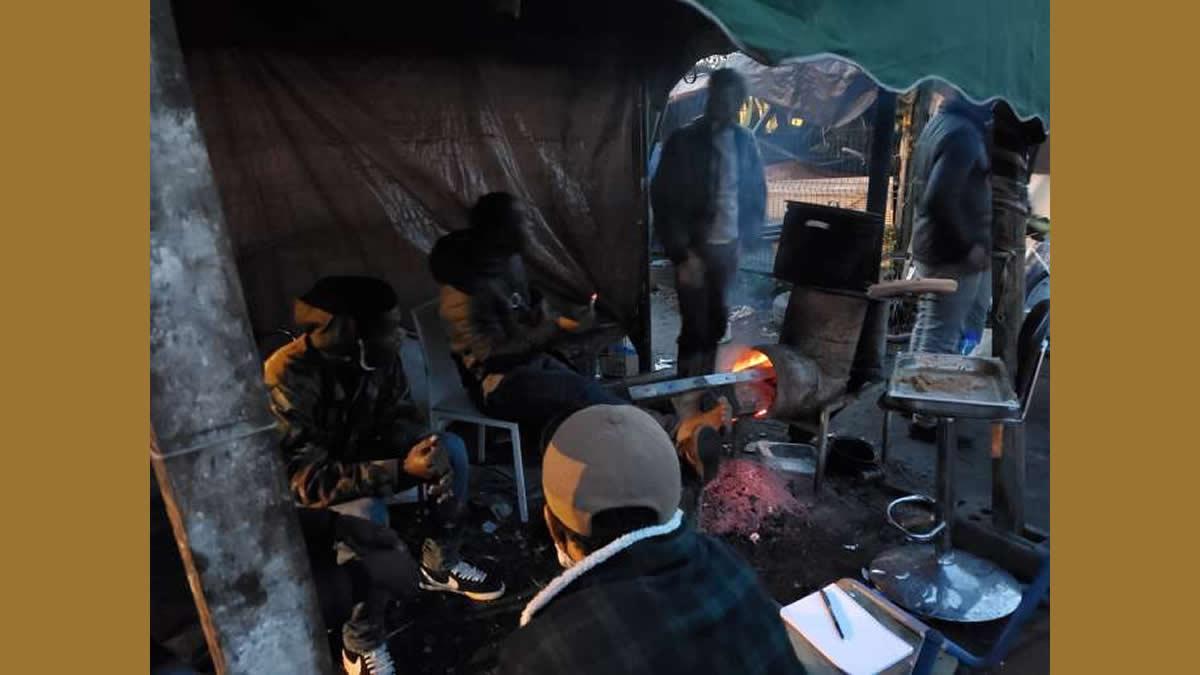 « Dormir sous une tente, ça reste mieux qu'être là-bas » : à Lille, une soirée avec les Ivoiriens de la rue