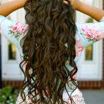 Kleine Locken auf Haaren unter der Taille