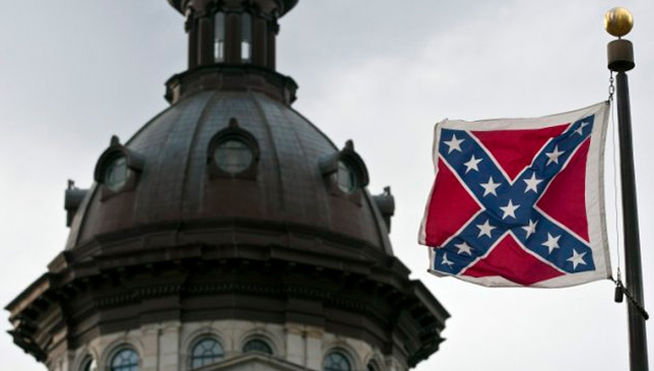 En los EEUU todavía ondean en algunos edificios oficiales de ciertos estados del sur la bandera confederada. Bandera racista. Fotos elpais.es