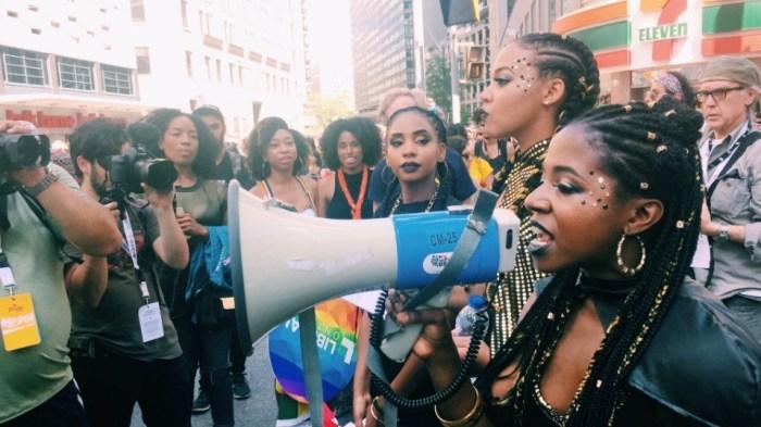 Protesta del Black Live Matter dentro de la fiesta del orgullo Gay de Toronto.
