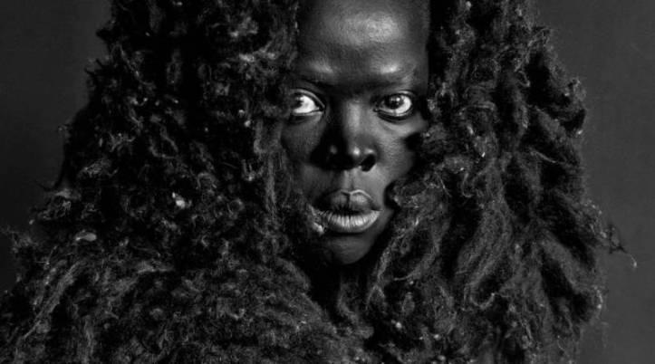 zanele-muholi-comunidad-negra-lgtbi-sudafrica-funerales-fiestas