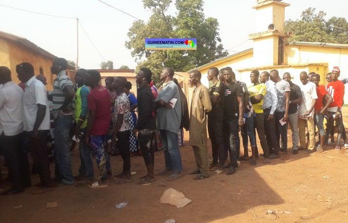 Plusieurs morts le jour du vote à Conakry, des votes malgré le COVID19