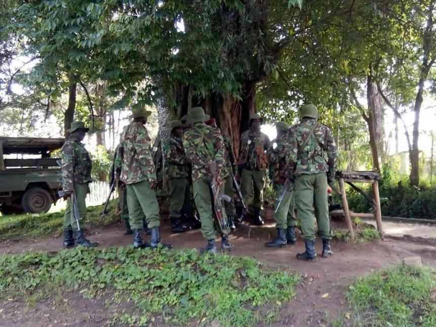 Des soldats kenyans et un officier de police échangent des coups de feu après s'être confondus avec des terroristes