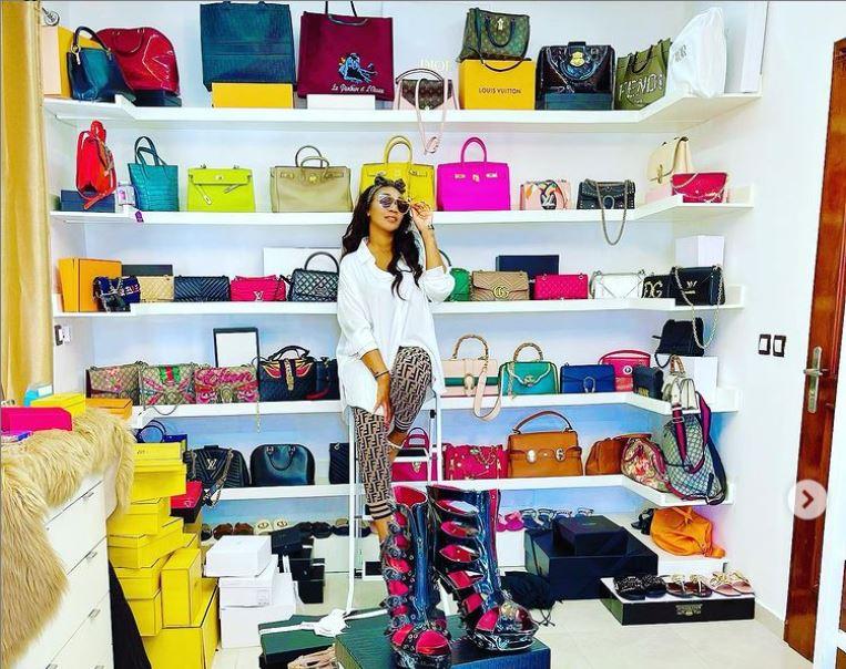 [PEOPLE] Côte d'Ivoire: Emma Lohoues montre sa collection de sacs et de chaussures