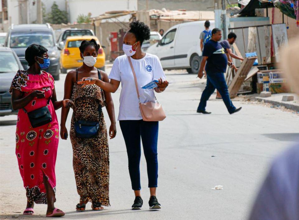 COVID/Tunisie - Médecins du Monde: Des bénévoles subsahariens aident des citoyens à s'inscrire sur le site EVAX