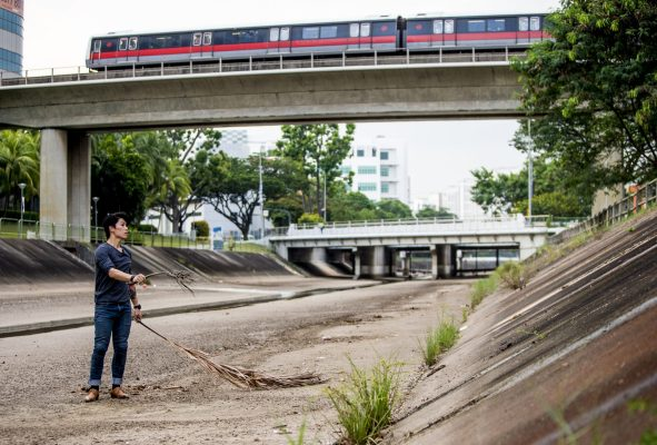 Hooi visualising the trick in the Boon Lay Canal, Singapore, March 16th, 2016