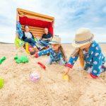 Kinder bauen Sandburgen am Strand von Trassenheide. Foto: TMV/Tiemann