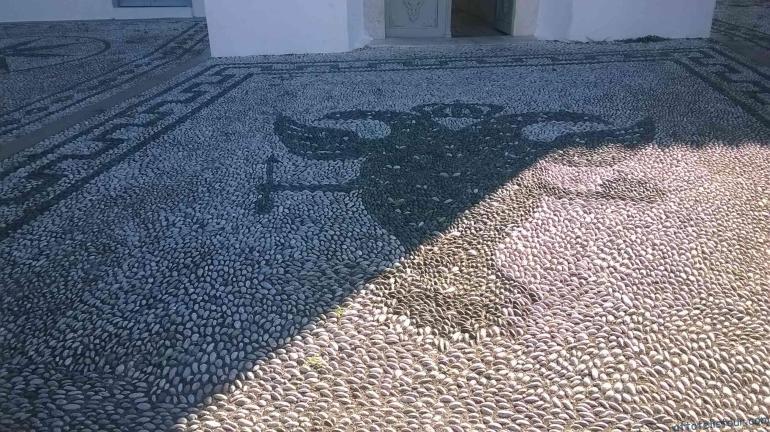 Перед входом в Храм, мозаика.